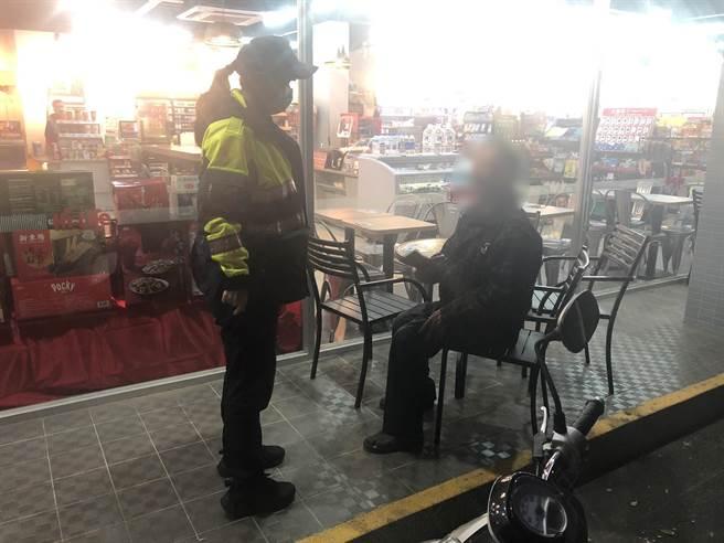 警員王翊馨、施浚揚獲報立即趕往現場,報案人為超商店員,表示該名阿伯已於超商久坐多時,疑似迷路不知道怎麼回家。(警方提供)