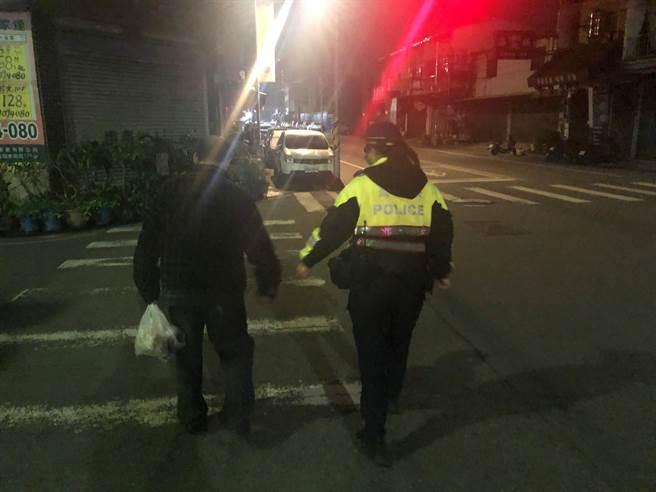 員警發現鄭男住家位於南屯區忠勇路上,考量寒流來襲身上衣物單薄,便請阿伯上車將其安全護送返家。(警方提供)