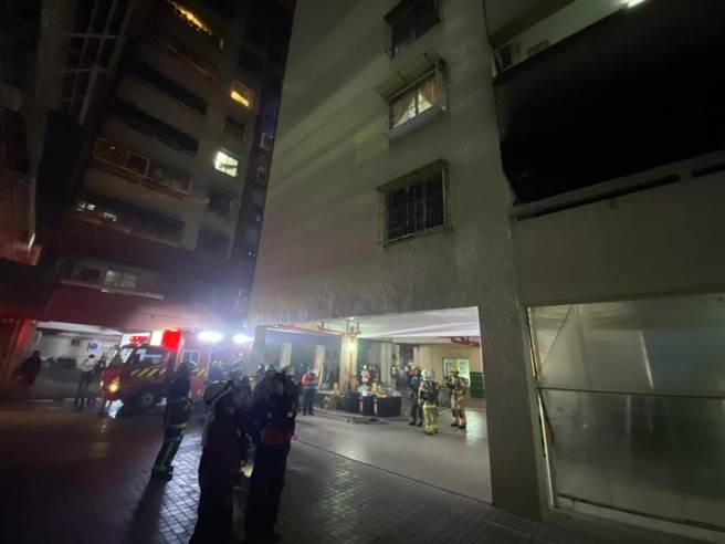 台南市北区公教大楼火警,百余名住户下楼逃生。(读者提供/洪荣志台南传真)