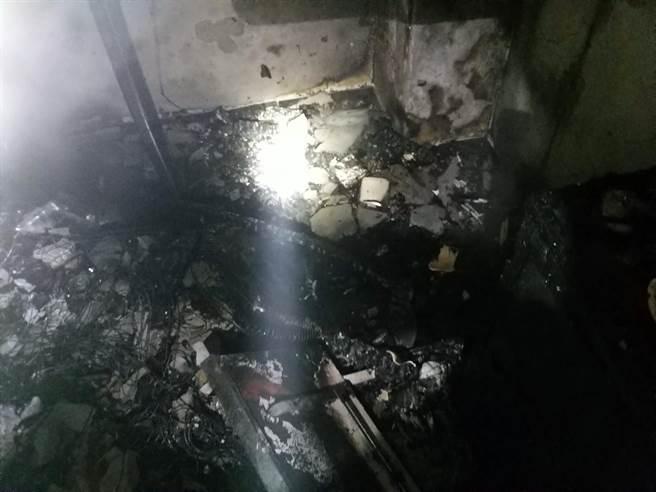 台南市北区公教大楼火警,烧毁起火户1个房间内的书柜、沙发与杂物。(读者提供/洪荣志台南传真)