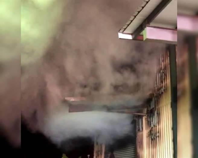 彰化彰鹿路5段1间铁皮五金加工厂凌晨2时20分发生火警,浓烟冲天。(民眾提供/吴敏菁彰化传真)
