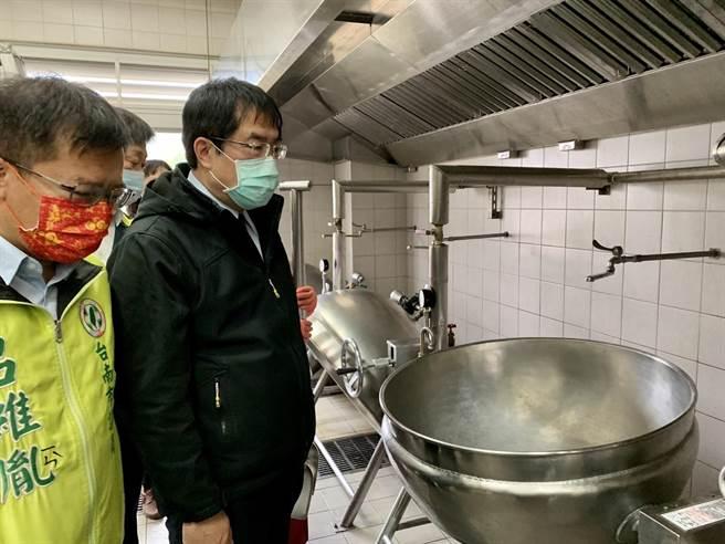 黃偉哲(右)視察廚房設備,確保營養午餐品質。(李宜杰攝)