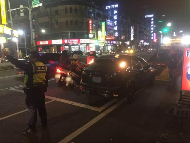 南市警永康分局員警7日晚間發現一對老夫婦的車輛因故障卡在路中,立刻下車協助同時疏導交通。(讀者提供/李宜杰台南傳真)