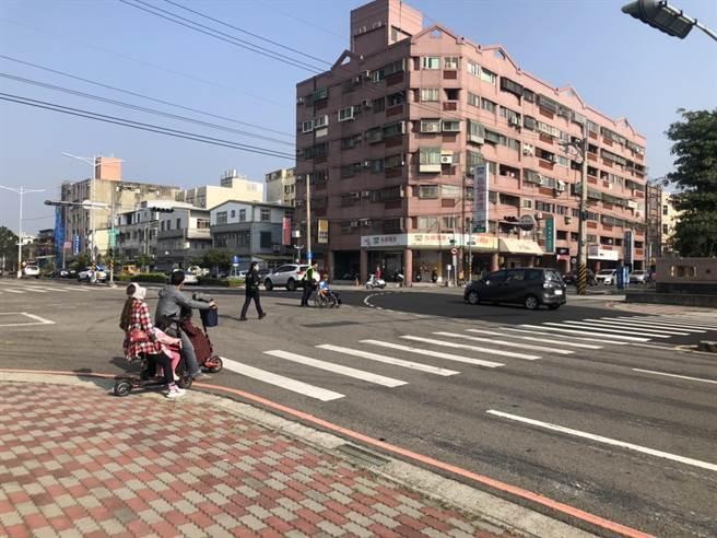頭份警分局頭份所員警助林姓老翁過馬路。(頭份警局提供/謝明俊苗栗傳真)