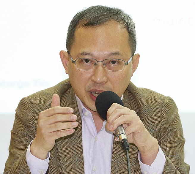 兩岸政策協會理事長譚耀南出席座談會,就美國拜登新政府與台灣政經發展為題發表意見。(陳君瑋攝)