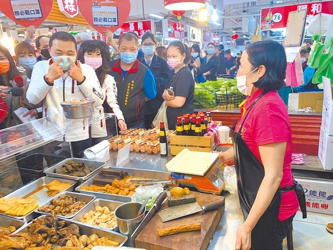 新北市長侯友宜7日上午到汐止金龍市場視察防疫情形,提醒攤商要正確佩戴口罩。(王揚傑攝)