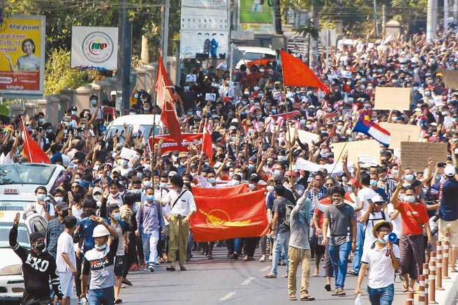 大批民眾7日在緬甸最大城市仰光街頭遊行示威,要求政變軍人釋放翁山蘇姬和其他被扣押的民選政府官員。(美聯社)