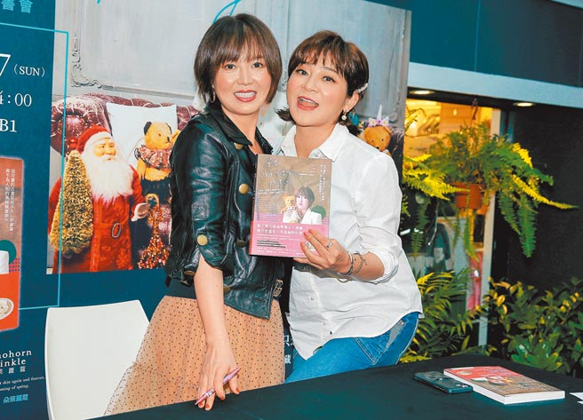 苗可麗(左)昨舉辦新書簽名會,好友王彩樺前來站台。(粘耿豪攝)