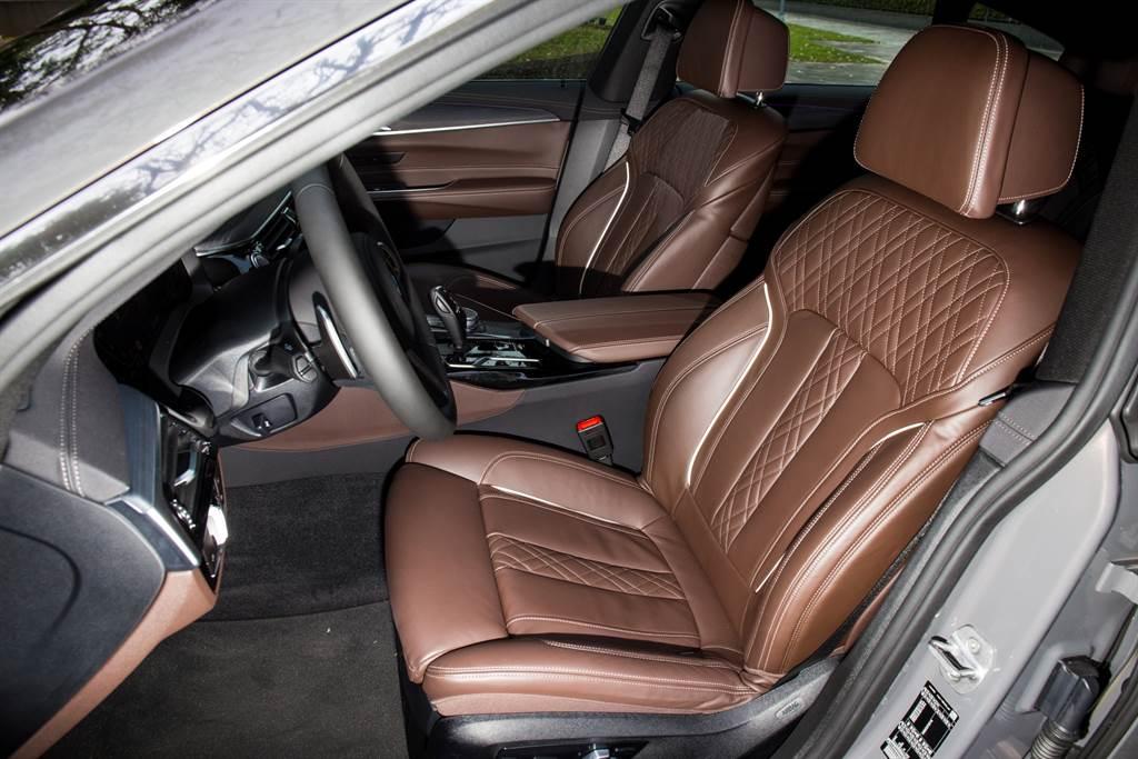 座椅採用Nappa真皮搭配菱格紋縫製,並提供包含腿靠、腰靠、側向夾緊等多向電動調整功能。(陳彥文攝)