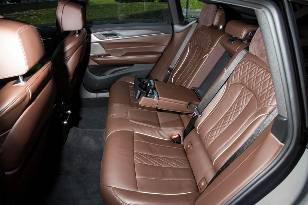 後座座椅具備椅背角度電動調整,搭配長達3,070mm的軸距所帶來的大空間以及車頂標配全景天窗,除了娛樂機能缺乏之外,乘坐性一點都不輸7系列短軸版本。(陳彥文攝)