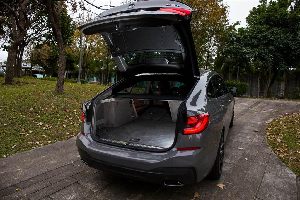 電動尾門連同後擋玻璃都會一同升起,類似Faskback的設計讓尾廂開口更大、更好取放行李。(陳彥文攝)