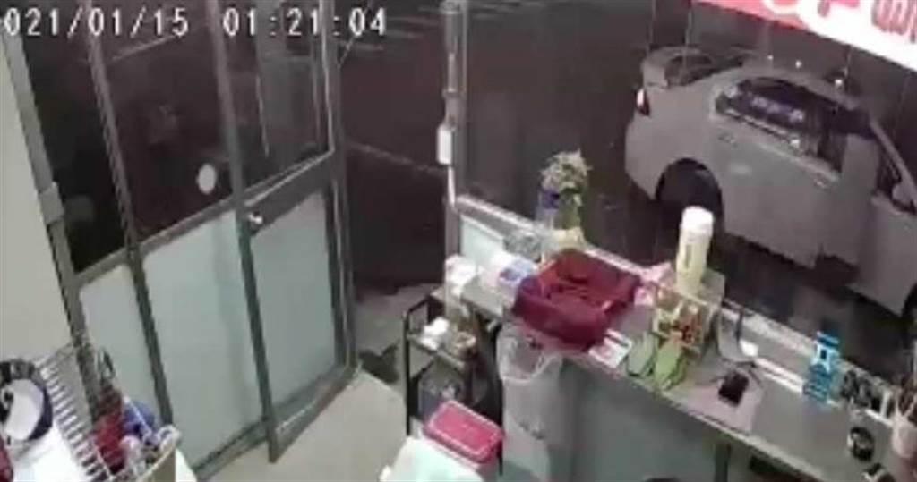 嫌犯用仿真假鈔刻意將鈔票對折,去檳榔攤購物,商家不疑有他完成交易,回頭發現假鈔時,嫌犯已經逃逸,被害人隨即報警。(圖/翻攝畫面)