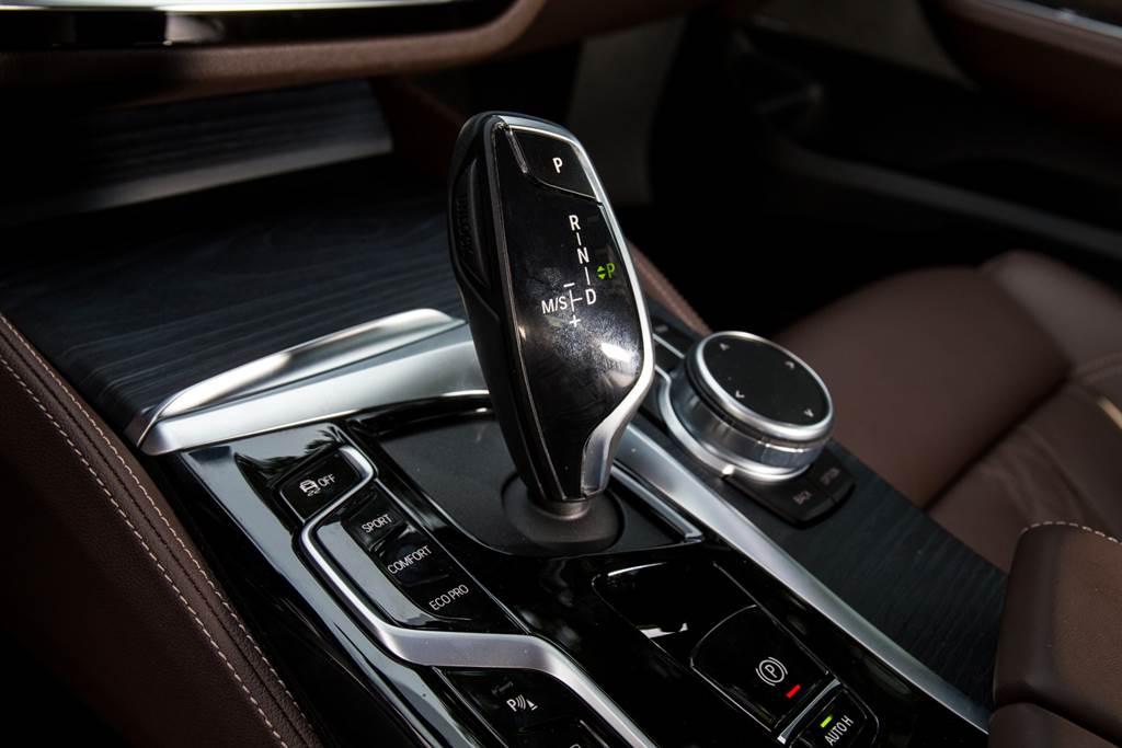 搭配Steptronic運動化八速手自排變速箱,提供Sport/Normal/Eco Pro三種駕駛模式,同時由於48V系統導入,6GT也取消了引擎自動啟閉系統的開關,僅能藉由切換至Sport模式來關閉。(陳彥文攝)