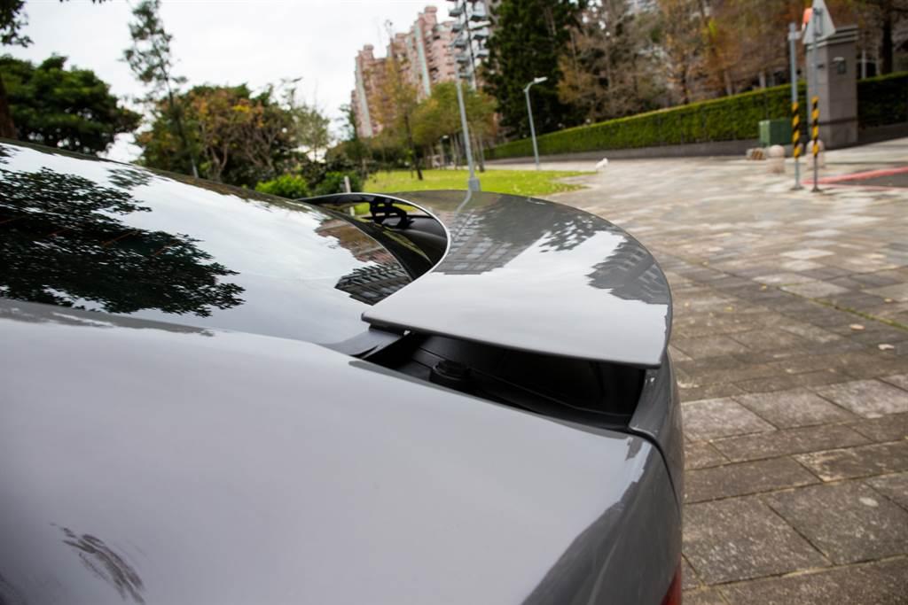 車尾的電動升降尾翼在車速高於120km/h時主動升起,增加穩定性,當然低速遊車河時也能藉由車內按鈕控制。(陳彥文攝)