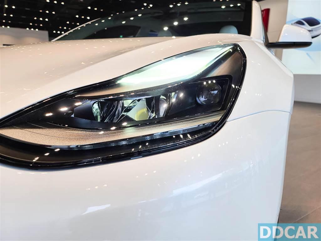 台灣第一季 Model 3 新車配備全新魚眼頭燈,但沒有加熱方向盤