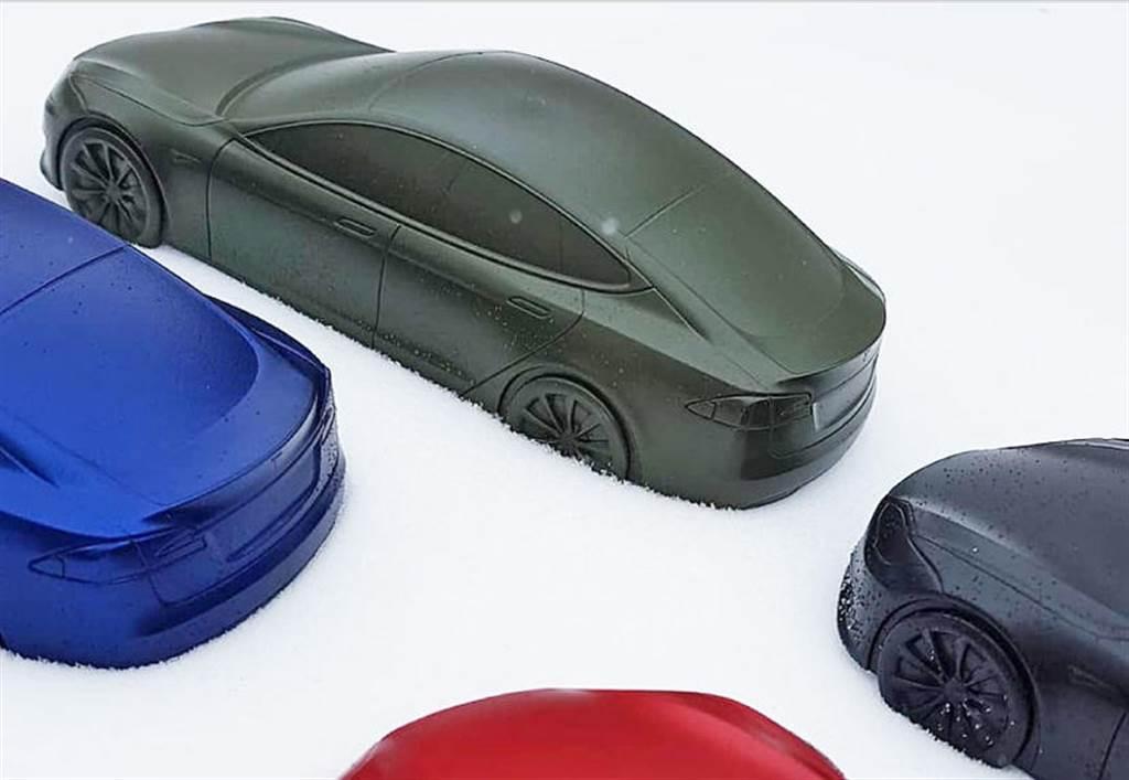 特斯拉有新色?!德國柏林員工曬「墨綠」車色,全新車漆工廠準備出奇招?