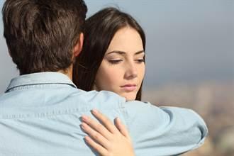 交往7年男友出軌還出櫃 女友崩潰喊離:他叫別人老公