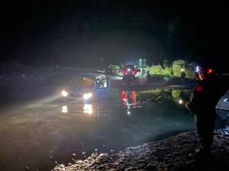 民眾開車探訪萬豐部落 受困濁水溪床