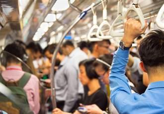 女大生搭捷運遭貼身騷擾 醉翁見她起身竟尾隨嗆:你害怕我啊?