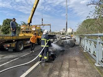 頭份小客車為閃避對向來車 自撞電桿瞬間起火燃燒