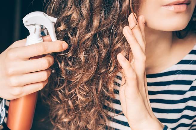 外國一名女子拿強力膠替代髮膠,導致頭髮緊緊黏在頭皮上,用任何方法都無法解開。(示意圖/達志影像)