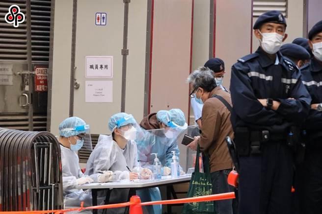 香港佐敦和深水(土步)強制檢測行動完成,未發現確診病例。圖為今年1月29日,另一幢東發大廈封閉進行強制檢測情形。(中新社)