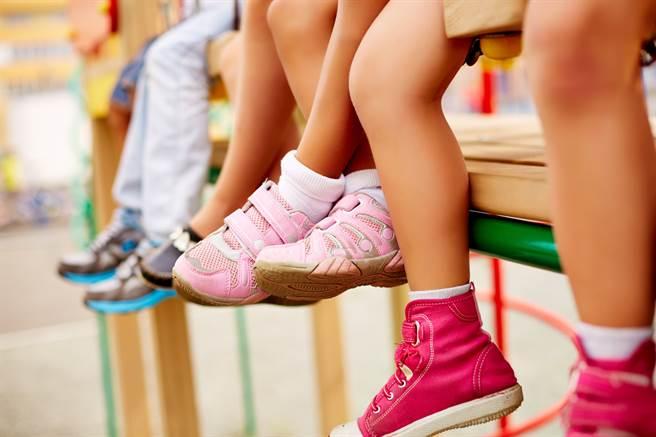 國外一名媽媽的丁字褲意外黏在女兒的球鞋上,還被穿去上學,讓她感到相當崩潰。(示意圖/達志影像)