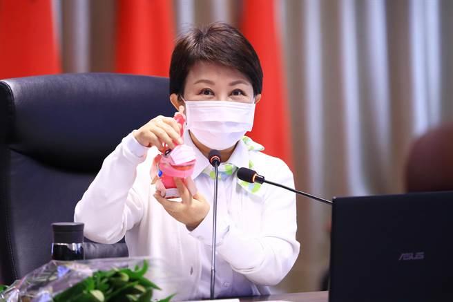 台中市長盧秀燕公布元宵小提燈造型,可愛的牛年提燈,還有可穿戴式的粉紅色口罩,疫情期間達到防疫效果。(盧金足攝)