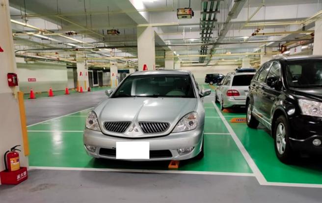 一名民眾今天在淡水美麗新淡海影城的停車場看見一台超狂車輛,直接倒車入庫停走2個停車位。(翻攝自 臉書社團「細說淡水」)