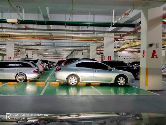 銀色車輛橫著停在2個停車格尾端,被網友笑稱高手在人間。(翻攝自 臉書社團「細說淡水」)