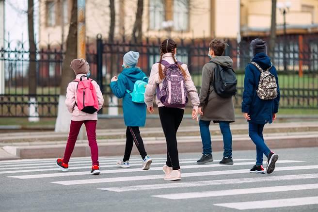 遭性侵的女同學與其中4人為中學同校同學,該校是著名貴族學校,學雜費每學期高達12至14萬,校方甚至會篩選學生家境。(示意圖/Shutterstock提供)