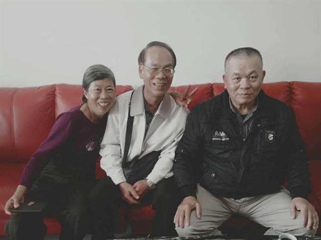 張治嵩(中)與太太(左)7日登門感謝陸軍退役少將蔡崇溪(右)當年救了他一命。(蔡崇溪提供/張毓翎嘉義傳真)