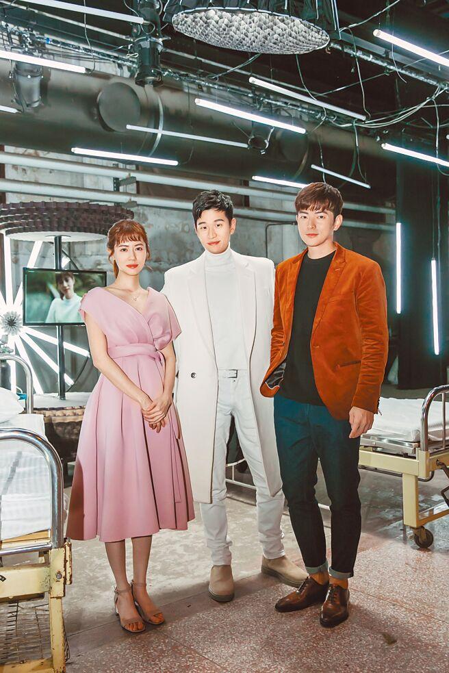 周興哲(中)日前和林予晞(左)、宥勝合作拍攝新歌〈如果能幸福〉MV。(星空飛騰提供)