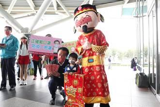 迎接春節返鄉民眾 翁章梁高鐵站發口罩宣導防疫