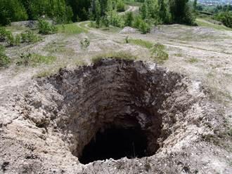 公園突下陷裂出巨坑 居民驚覺是墓地發毛:千萬別往洞內看