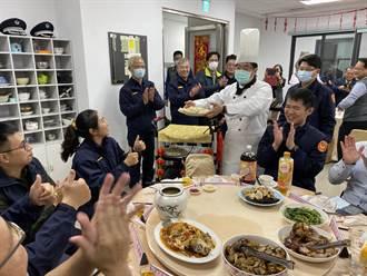 黃偉哲化身主廚烹煮加菜 陪基層員警與民力小年夜圍爐