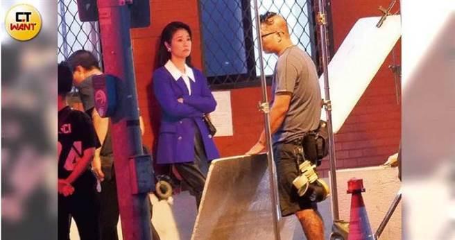 《華燈初上》自開拍就備受矚目,本刊也曾直擊林心如在台北市萬華區的派出所拍攝外景戲。(圖/本刊攝影組)