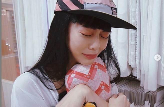 白癡公主看著心愛的枕頭「重生」,讓她不禁流下感動的淚水。(圖/取材自白癡公主Instagram)