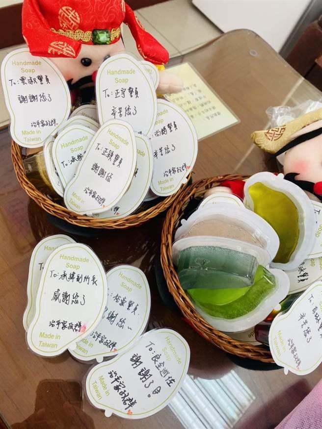 治平高中學生送果凍皂給員警感謝辛勞。(警方提供/呂筱蟬桃園傳真)