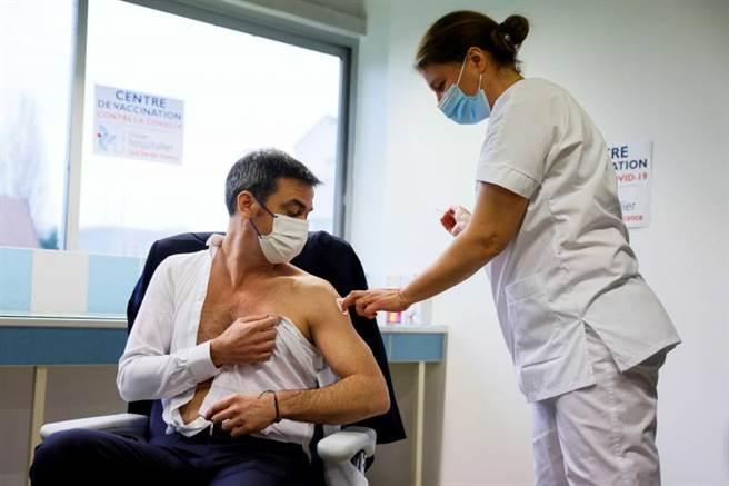 法卫生部长接种新冠疫苗 手臂完美肌肉线条成讨论焦点