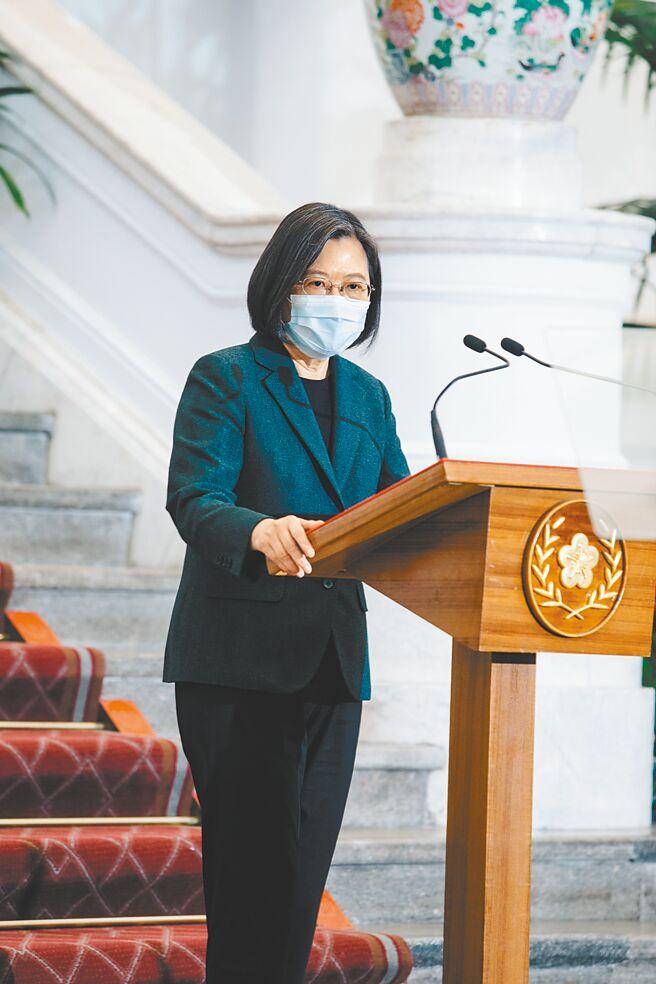 蔡英文總統在農曆新年前夕發表公開談話,強調在歡慶華人世界共同的傳統佳節時,祝福對岸人民新春安康。(郭吉銓攝)