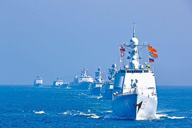 中國、俄羅斯和伊朗將於2月中旬在印度洋舉行海上聯合演習。圖為中方軍艦編隊。(中新社)