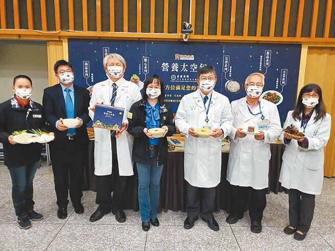 台大雲林分院開發12道餐點,9日舉行銀髮友善太空包合作技術移轉簽約儀式,院長黃瑞仁(右三)、漢典公司董事長王文金羽(右四)代表簽約。(周麗蘭攝)