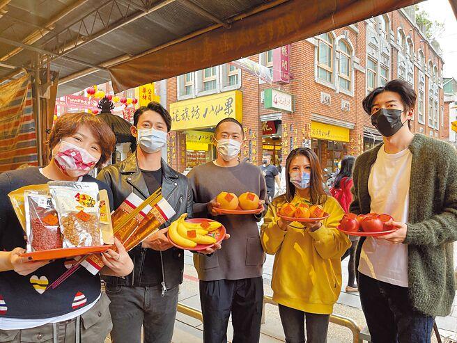 導演徐譽庭(左起)、吳慷仁、導演許智彥、艾怡良、傅孟柏日前到台北霞海城隍廟祈求電影大賣。(華納兄弟提供)