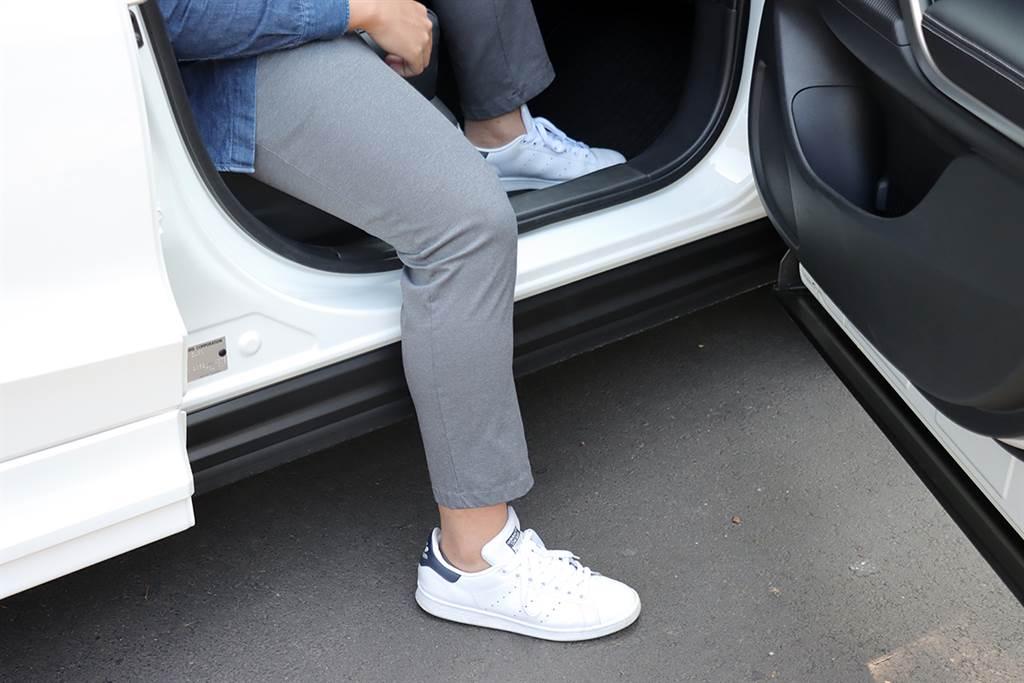 這次改款在車體內部車門下緣的地方增加了塑膠設計,如此一來上下車的時候就不會沾到髒髒的地方,是相當貼心的改變。
