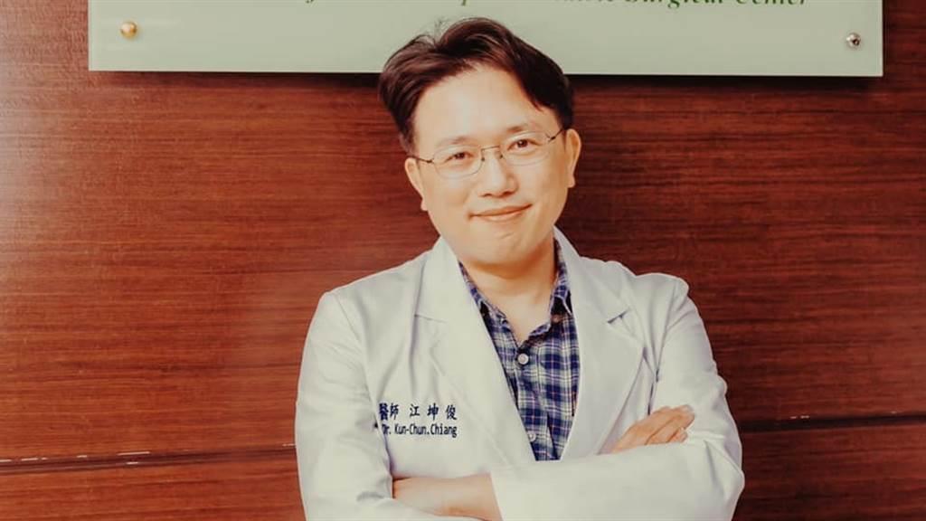 名醫江坤俊分享一名7旬的乳癌婦人,帶著一袋餅乾感謝他細心的治療,而江坤俊也暖心表示「每年的明年我都會照顧妳」,引發上萬網友狂讚。(圖/翻攝自江坤俊臉書)