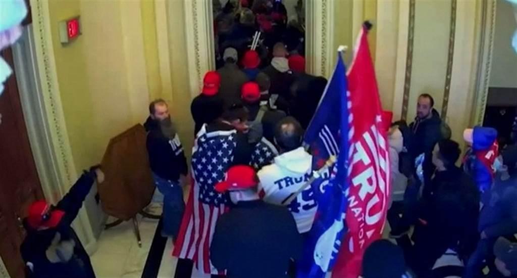监视器画面显示,大批川粉1月6日冲进美国国会大厦。(路透)(photo:ChinaTimes)