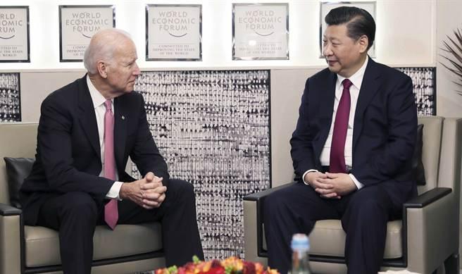 中國大陸國家主席習近平2017年1月17日在瑞士達沃斯會見時任美國副總統的拜登。(新華社)