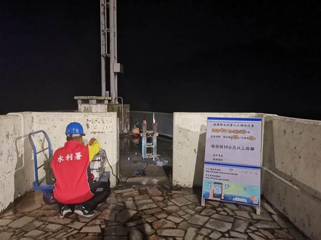 桃園石門水庫11日凌晨施放焰劑進行地面人工增雨作業。(北區水資源局提供)