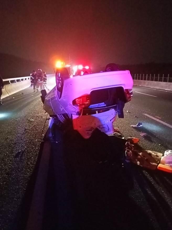 國道3田寮段凌晨自小客翻覆遭後方車追撞,駕駛下車查看驚見車旁躺一男屍。(圖/翻攝畫面)